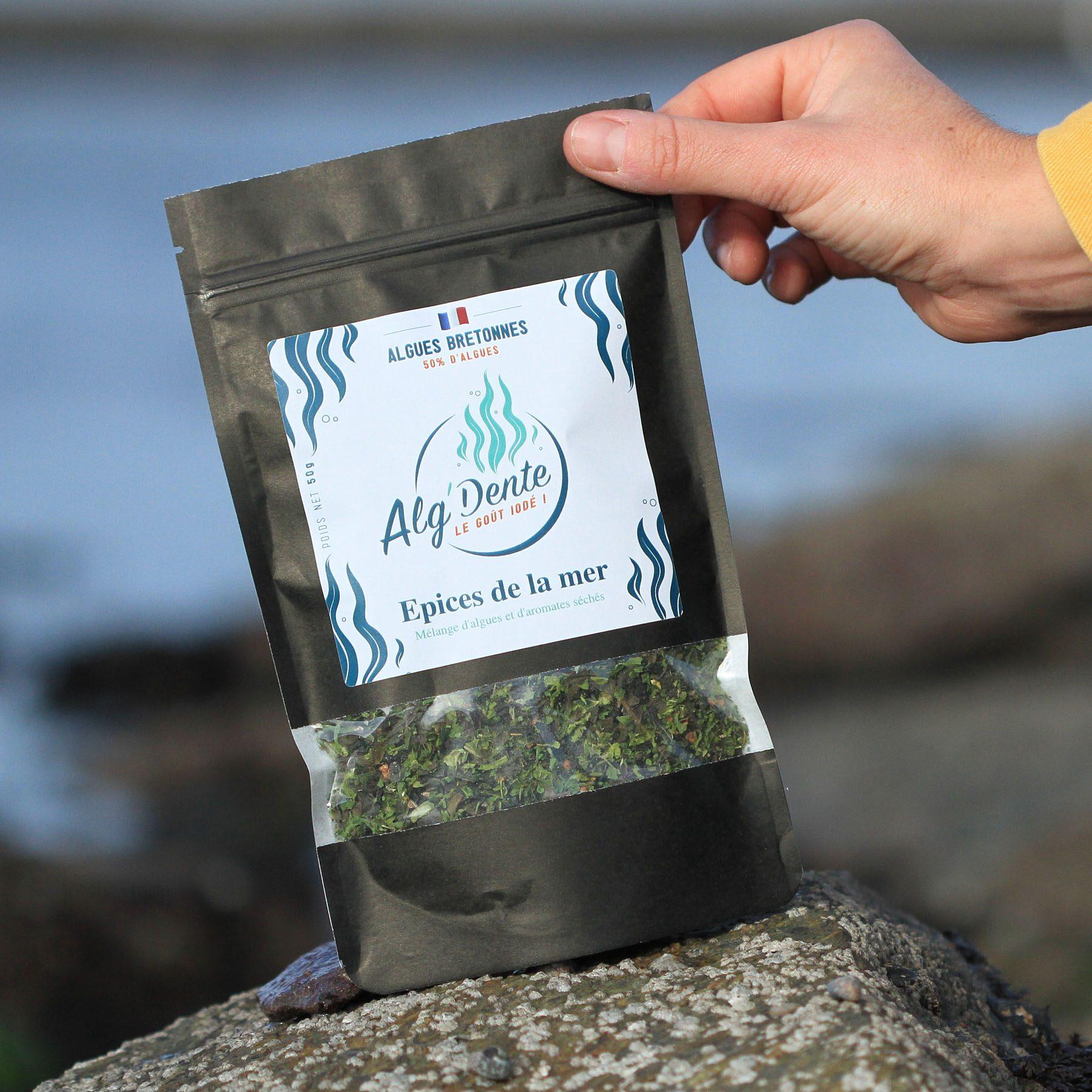 Mélange d'algues et d'aromates séchés